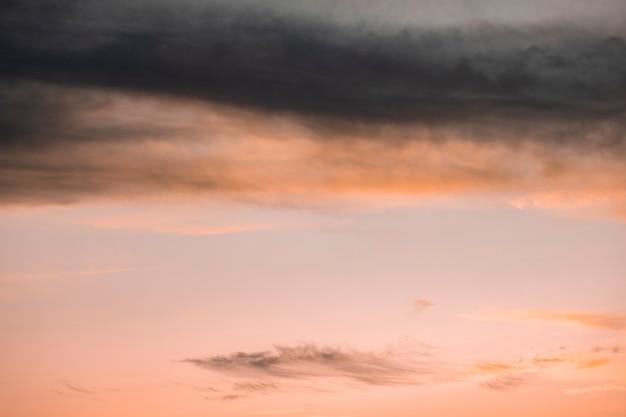 Betrokken roze hemel met exemplaar ruimteachtergrond