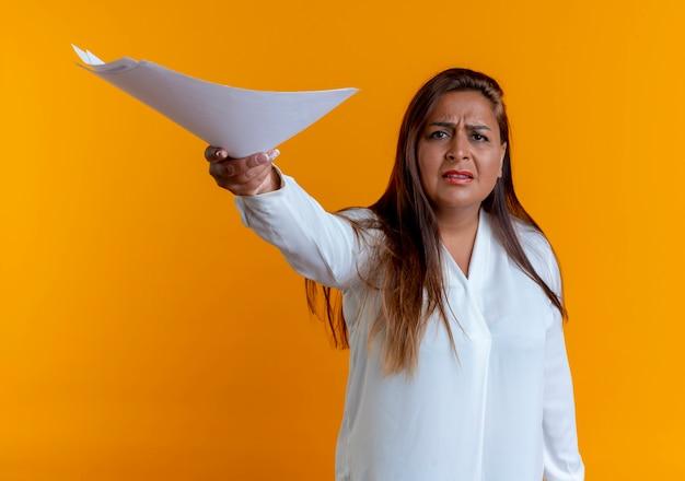 Betrokken toevallige kaukasische vrouw die op middelbare leeftijd document standhoudt