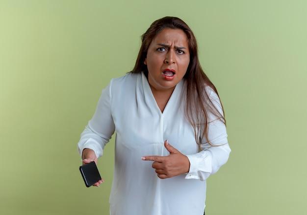 Betrokken toevallige kaukasische vrouwenholding op middelbare leeftijd en punten op telefoon