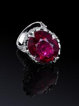 Betrokkenheid bruiloft luxe witgoud diamanten ring geïsoleerd op zwarte achtergrond met reflectie, opgenomen knippen weg. grote natuurlijke rode toermalijn. extreem dichtbij.