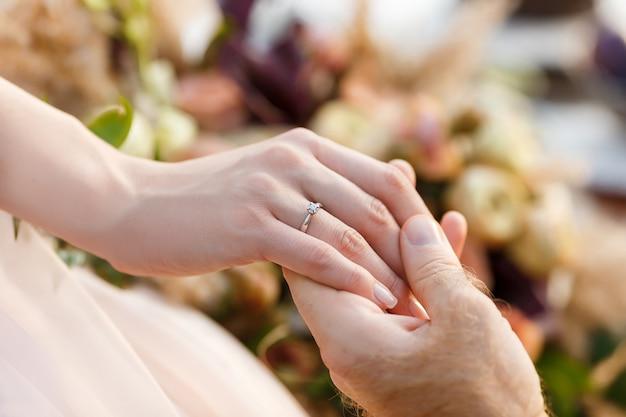 Betrokkenheid pasgetrouwden. trouwring op de hand van de bruid.