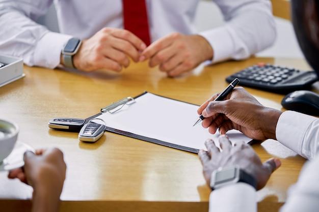 Betrouwbare blanke professionele verkoper toont het document aan klanten