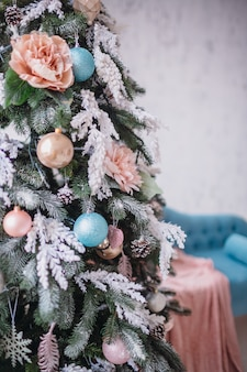 Beuatiful kerstboom rijk versierd met speelgoed