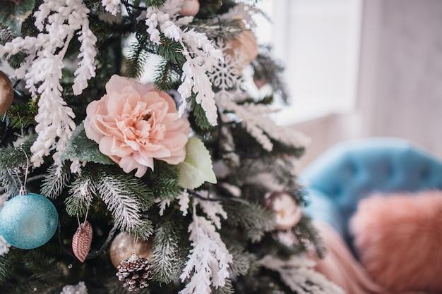 Beuatiful kerstboom versierd met speelgoed