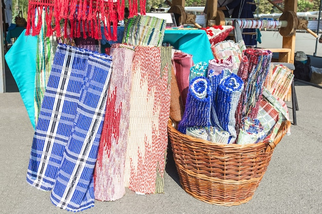 Beurs van volksambachten de tentoonstelling verkoopt tapijten en tapijtproducten gemaakt op een oud weefgetouw