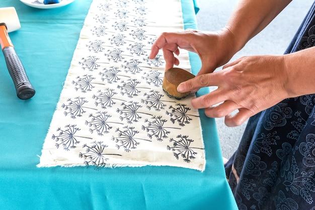 Beurs van volksambachten masterclass over het tekenen van een patroon op een stof handmatige decoratie van textiel