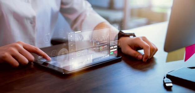 Beursmarkt concept, zakenvrouw hand handelaar pers digitale tablet met grafieken analyse kaars lijn op tafel in kantoor, diagrammen op scherm.
