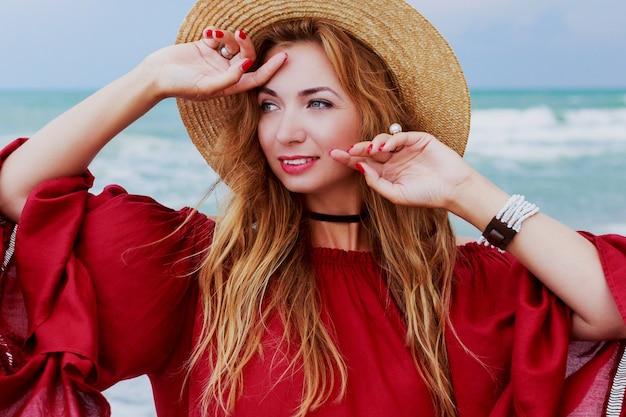 Bevallig meisje dat pret heeft en op wit zand loopt. geweldig eenzaam strand. volledige hoogte.