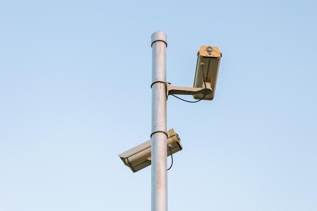 Beveiliging camera van twee cctv videobewaking nemen met vintage kleur