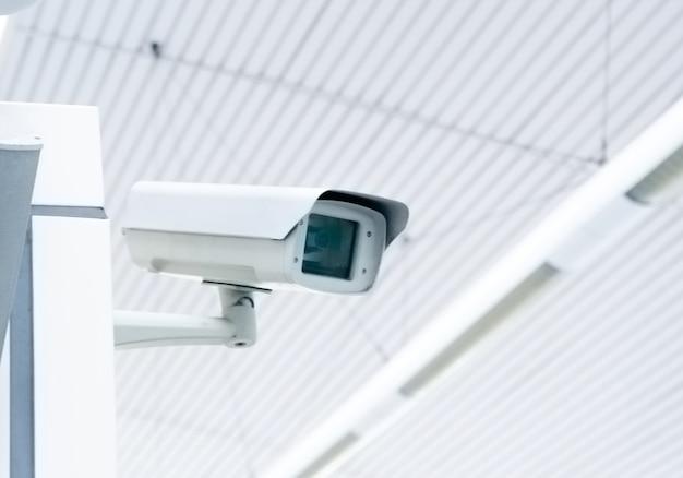 Beveiliging, cctv-camera in het kantoorgebouw