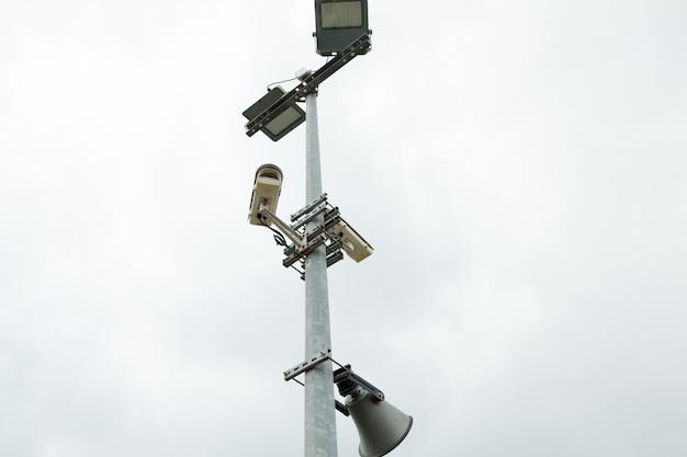 Beveiliging cctv-camera's en luidspreker gemonteerd op de paal voor straatbewaking.