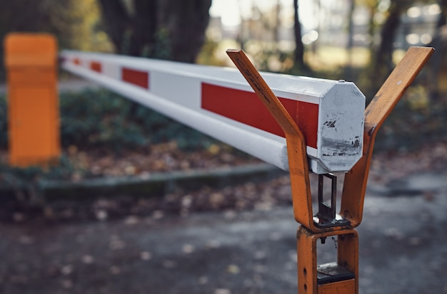 Beveiligingsbarrière van een parkeerplaats. gesloten doorgang