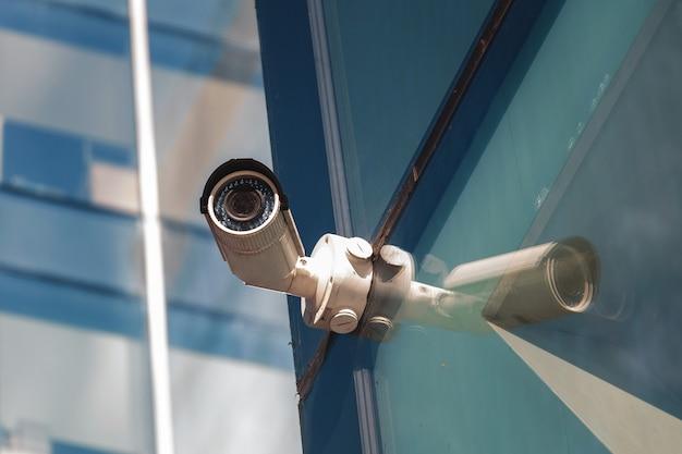 Beveiligingsbewakingssysteem bij de ingang van een modern kantoorgebouw. twee camera's voor videobewaking.