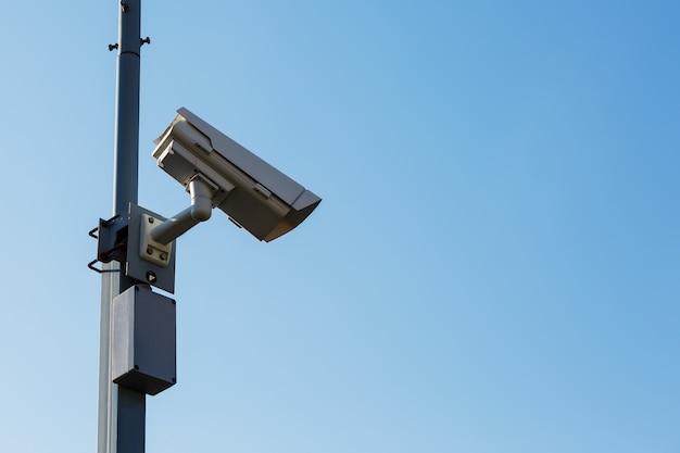 Beveiligingscamera op blauwe hemel