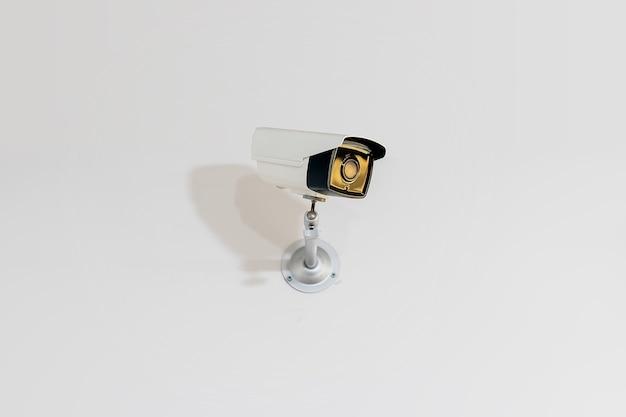 Beveiligingscamera op de witte muur
