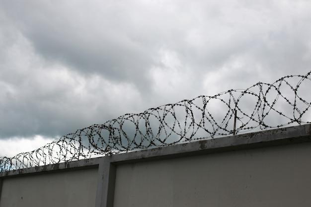 Beveiligingssysteem met behulp van draadhekken op het hek