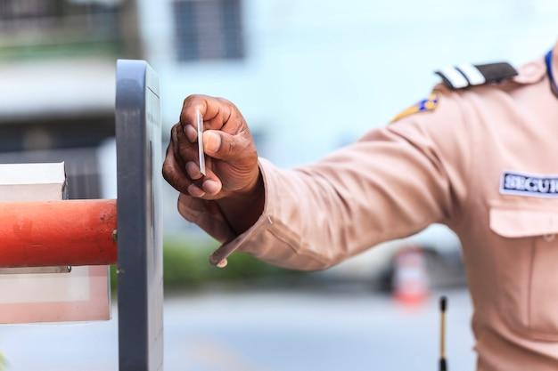 Beveiligingswacht met het openen van barrièrepoort
