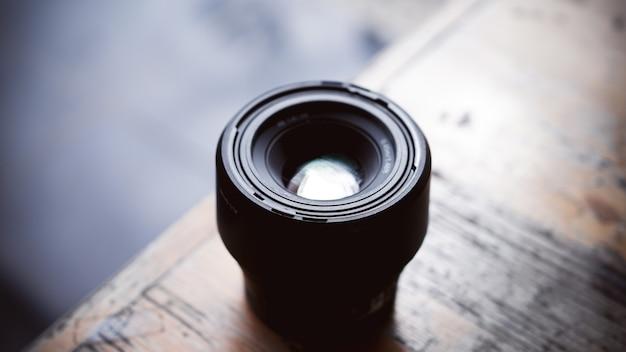 Bevestig de lens op de bovenste tafel