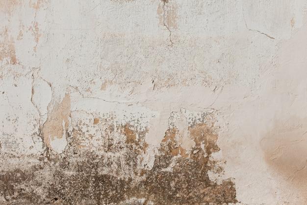 Bevlekte beschadigde gepleisterde muur
