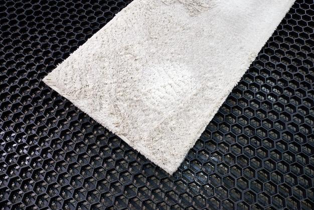 Bevochtig het tapijt voordat u het reinigt bij een wasserette