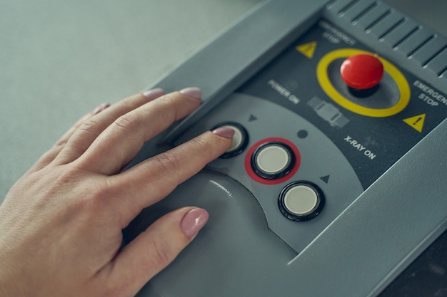Bevoegde douanebeambte die met een röntgenapparaat werkt tijdens het controleren van koffers voordat ze aan boord gaan van het vliegtuig