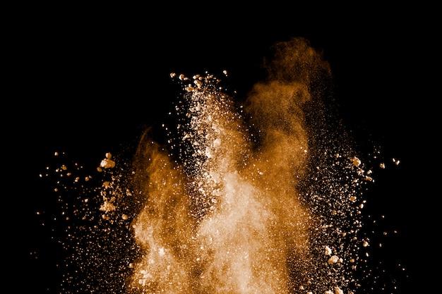 Bevriezen beweging van bruine stofexplosie. stoppen met de beweging van bruin poeder.
