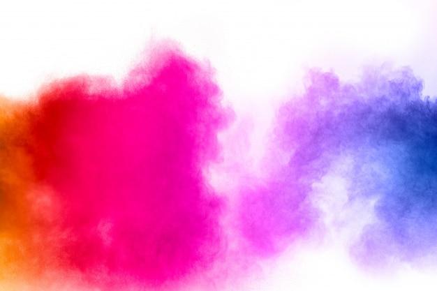 Bevriezen beweging van kleurrijke stofdeeltjes op wit