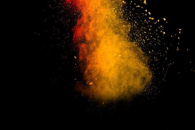 Bevriezen beweging van oranje poeder splash.