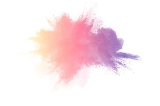 Bevriezen motie van gekleurde poeder explosies geïsoleerd op een witte achtergrond