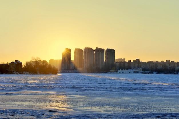 Bevriezing van de rivier de neva, st. petersburg, rusland