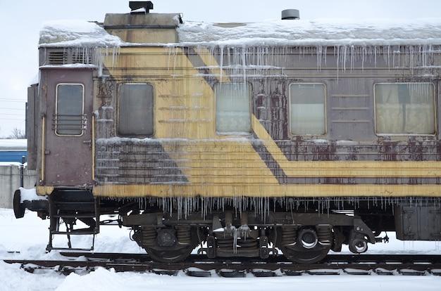 Bevroren auto van passagierstrein