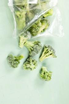 Bevroren broccoli in doorzichtige zak op een licht