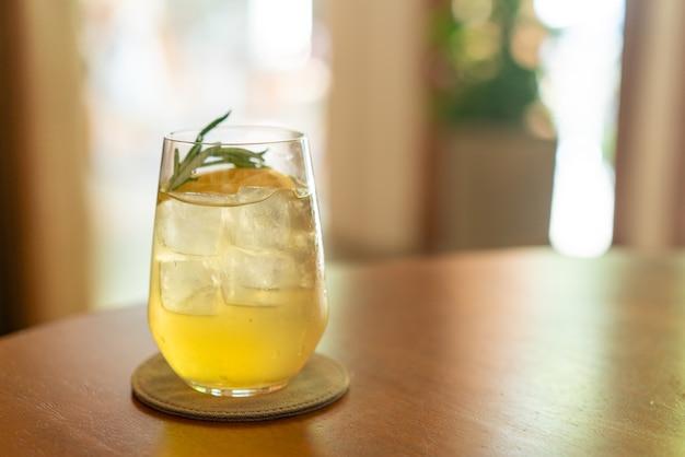 Bevroren citroenhoningglas met rozemarijn in café-restaurant