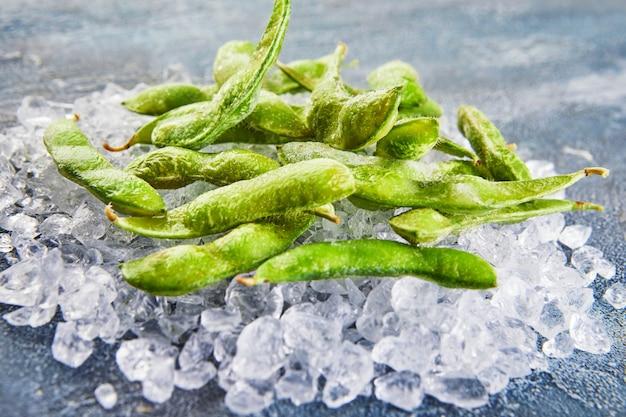 Bevroren edamame of sojabonen in de mix met crushed ice