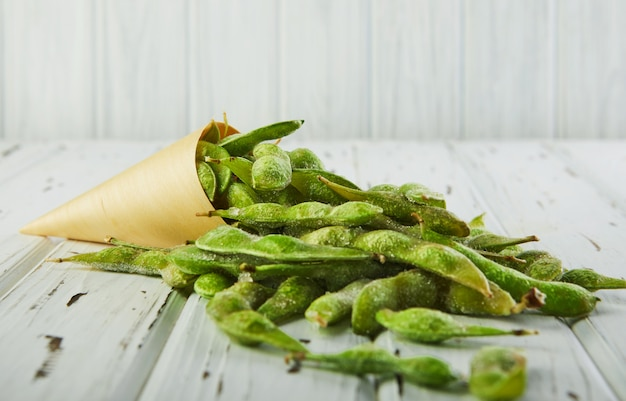 Bevroren edamame of sojabonen uit een kegel gegoten