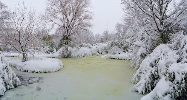 Bevroren en met sneeuw bedekte meer in een park in madrid. spanje
