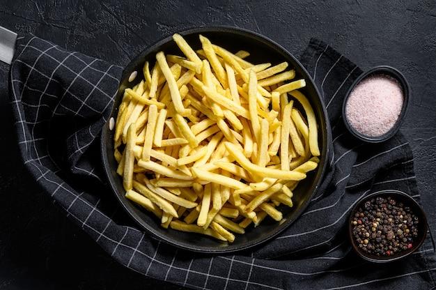Bevroren frieten in een pan. bovenaanzicht