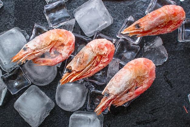 Bevroren garnalen met ijs