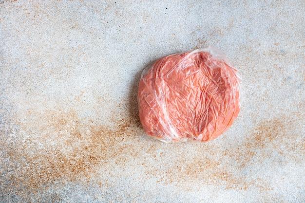 Bevroren gehakt kotelet varkensvlees rundvlees lam kippenvlees portie in een plastic zak langdurige opslag