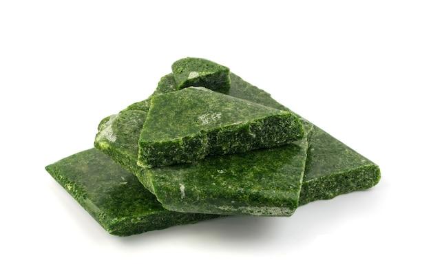 Bevroren geïsoleerde spinazie. ijzige ijzige groene groente