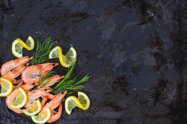 Bevroren gekookte garnalen aan het koken met citroendille en kruiden. achtergrond copyspace