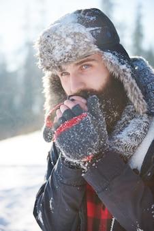 Bevroren handen van man met baard