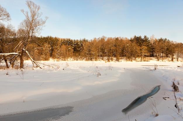 Bevroren in de winter de rivier