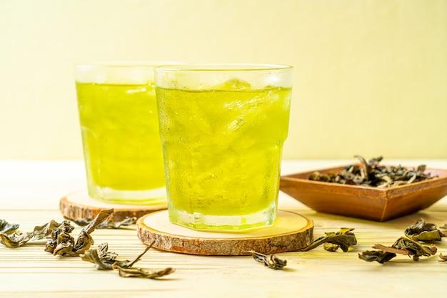 Bevroren japanse groene thee op houten achtergrond