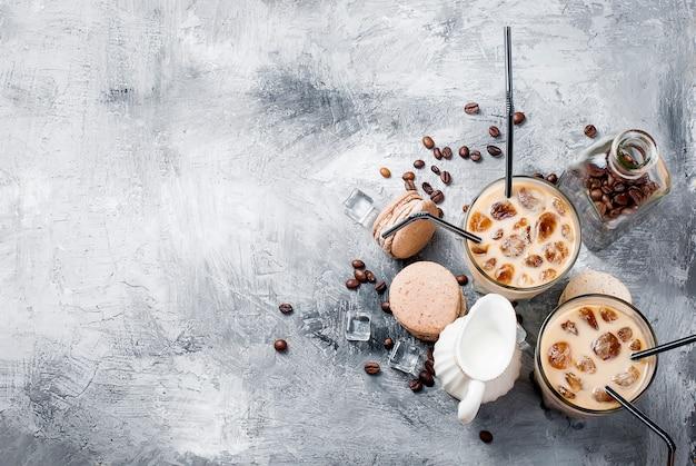 Bevroren koffie in glas met ijs, chocolade