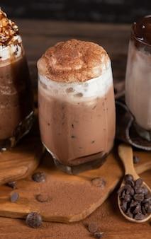 Bevroren koffie met slagroom en chocolade