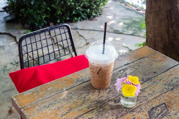 Bevroren koffie op houten in openlucht lijst