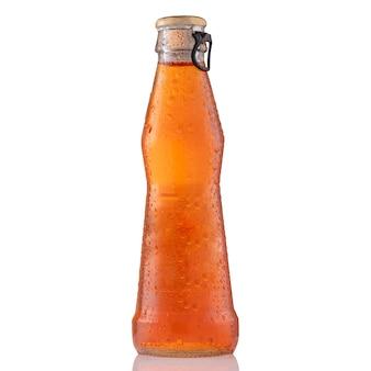 Bevroren koude spritzcocktail in fles, die op witte achtergrond wordt geïsoleerd