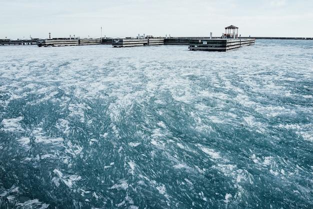 Bevroren lake michigan met leeg dok in chicago, il.