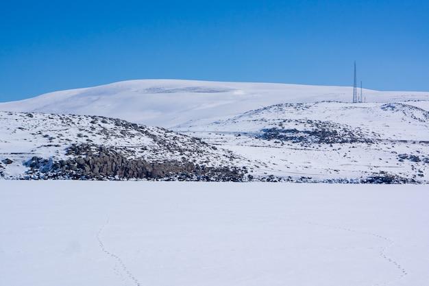 Bevroren meer met rotsen in de winter. kars - turkije